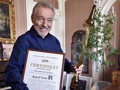 Zástupci pelhřimovské Agentury Dobrý den předali Karlu Gottovi certifikát za největší počet získaných cen popularity v historii české populární hudby.