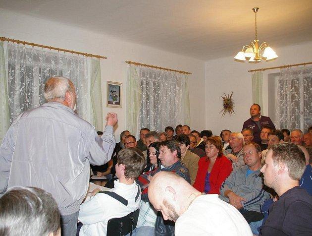 Dusno bylo v pátek na radnici v Libkově Vodě. Odpůrci bioplynové stanice žádali referendum i odstoupení zastupitelů.