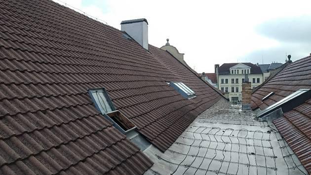 Rekonstrukce střechy objektu radnice na Masarykově náměstí v Pelhřimově potrvá do konce září.