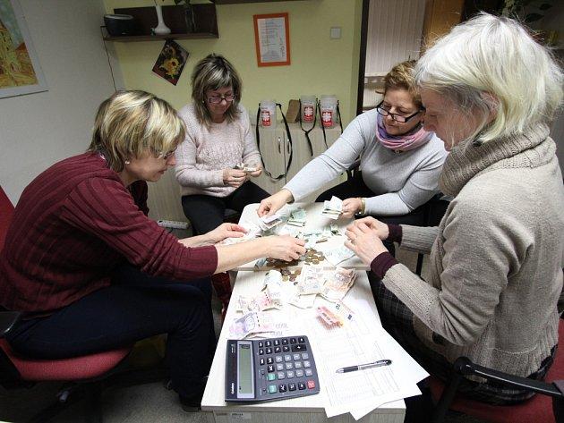Výtěžek ze sbírky v Pelhřimově a okolí počítaly také pracovnice tamní oblastní charity v pondělí.