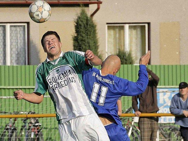 Fotbalisté Vrchoviny (vlevo kapitán Ondřej Poul) si spanile dokráčeli k titulu podzimního krále krajského přeboru. Před zimní přestávkou rozstříleli nováčka z Pacova 4:0.