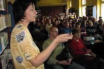 Karin Pavlosková na besedě v pelhřimovské knihovně.