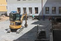 V areálu pacovské základní školy na náměstí jsou v plném proudu práce na novém hřišti.