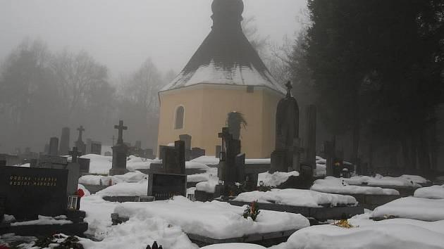 Kamenický lesní hřbitov Bradlo byl o Vánocích plný lidí.