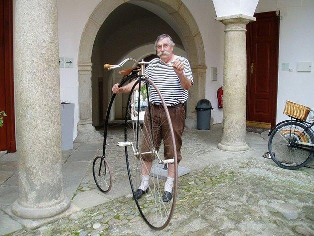 Vladimír Vojtěch vlastní kolo z roku 1885. Aby mohlo jezdit musel udělat kompletní rekonstrukci.