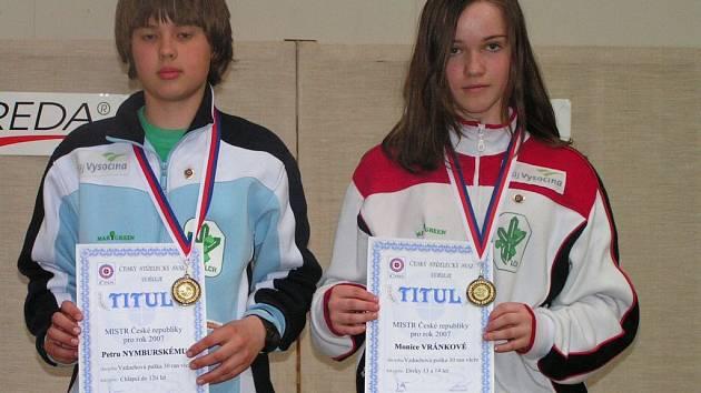 Dvě zlaté a dvě bronzové medaile vystříleli černovičtí střelci. Na snímku jsou letošní mistři republiky Monika Vránková a Petr Nymburský.