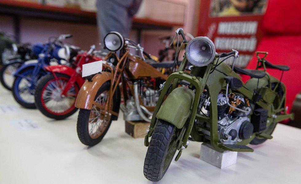 Modelář Václav Dohnalík vytvořil český rekord - Nejvíce vlastnoručně zhotovených papírových modelů historických motocyklů.