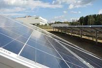 Pracovníkům jde montáž sluneční elektrárny od ruky. Rozložitý svah v dolní části kamenické průmyslové už je plný držáků budoucích solárních panelů, jimiž se to v některých částech pozemku černá. Energie z tohoto pole by vystačila na třicetitisícové město.