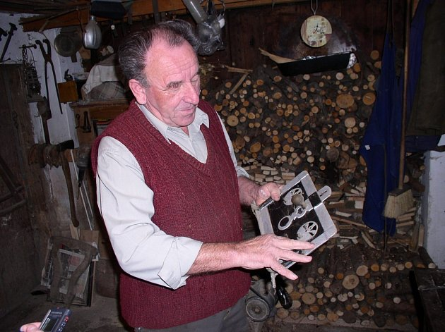 Jeden sbírá sirky a druhý třeba dvířka od kamen, tak jako František Vesecký z Vyskytné.