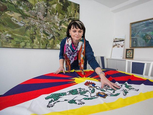 Příprava tibetské vlajky před sobotním vyvěšením na havlíčkobrodské radnici.