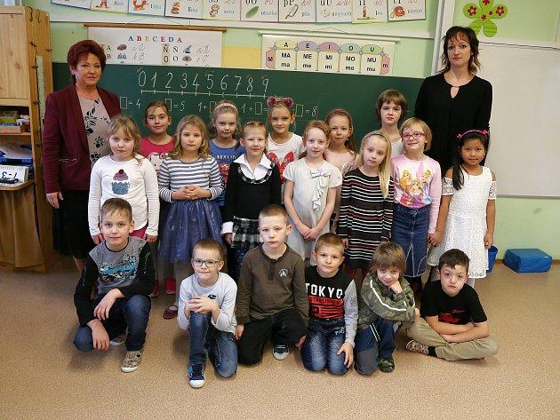Na fotografii jsou žáci ze ZŠ Černovice, 1.třída paní učitelky Marie Jirákové.