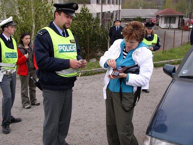 Pelhřimovským policistům včera při dopravní akci pomáhali i frekventanti jihlavské policejní školy. Na snímku hlídka kontroluje řidičku Libušku Vyžralovou.