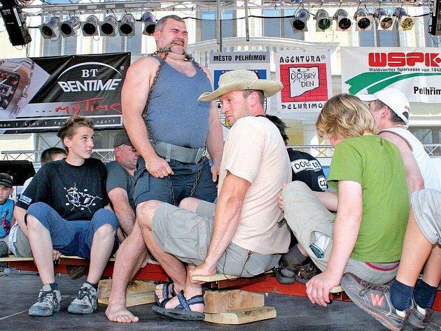 René Richter v Pelhřimově zvedl v zubech 12 lidí na ocelovém pilíři, celkem 723 kilogramů.