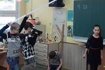 Děti natáčejí pohádku Kráska a zvíře.