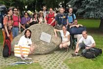 Účastníci kursu se před dobýváním Orlíka nechali zvěčnit u humpoleckého Hliníkova památníku.