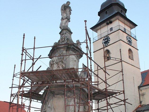 Zatímco zásadní přestavba hlavního počáteckého náměstí byla kvůli údajnému pochybení při výběrovém řízení odložena o rok, probíhá nyní alespoň oprava centrálního bodu celé plochy, kašny svatého Jana Nepomuckého.