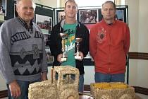 Petr Duben (uprostřed) už za orbu traktorem s obracecím pluhem posbíral řadu ocenění. Podíl na oráčově úspěchu mají i trenéři, Jan Rukavička (vlevo) a Josef Cink