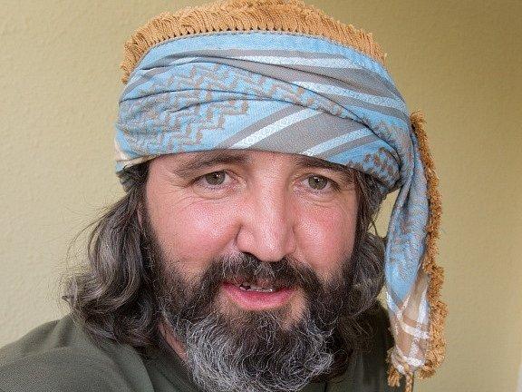 Martin Dufek s jednou z místních pokrývek hlavy.