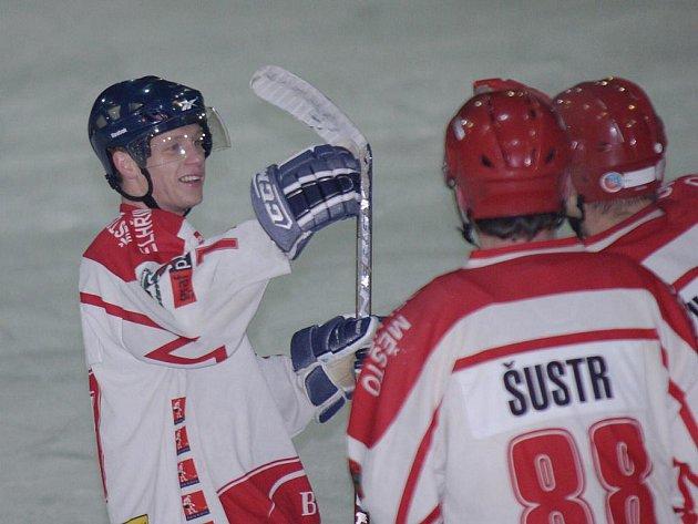 Pelhřimovští si v duelu s poslední Chotěboří zastříleli. Čtyři ze sedmi branek obstaral Adam Mikšovský (vlevo).