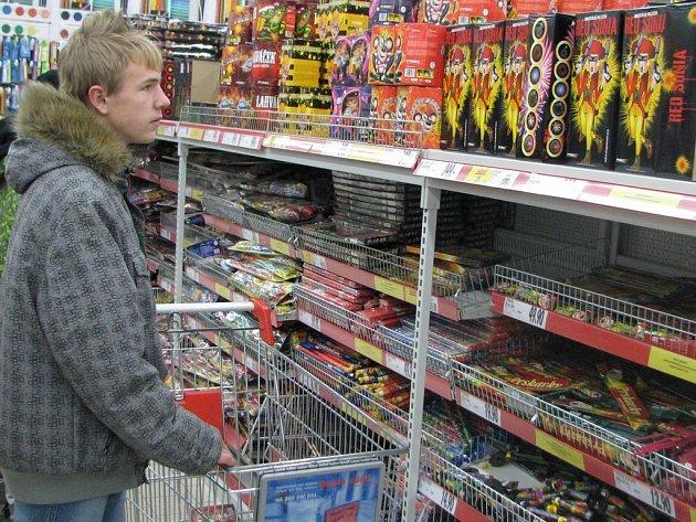 Řada nakupujících se v těchto dnech zastavuje u plných regálů se zábavnou pyrotechnikou. Pořízení výbavy na Silvestrovskou noc je otázkou několika desítek, ale i stovek korun.