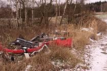 Těžko věřit, čeho jsou lidé schopní. Ekologickou likvidací vraku auta se kdosi rozhodl neobtěžovat a nechal odpad, ať si s ním poradí příroda.