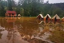 Děti i dospělí museli v pátek dopoledne opustit tábor v Křelovicích na Pelhřimovsku.