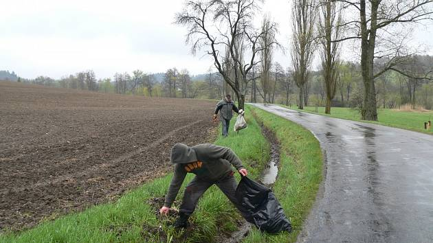 Deště se nebojíme. I tak by mohl znít slogan občanů Pavlova, kteří se úklidové akce ve svém okolí účastnili.