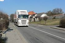 Až deset tisíc aut projede denně obcí Kámen. Obyvatele trápí nedodržování povolené rychlosti, hluk i zplodiny z vozidel.