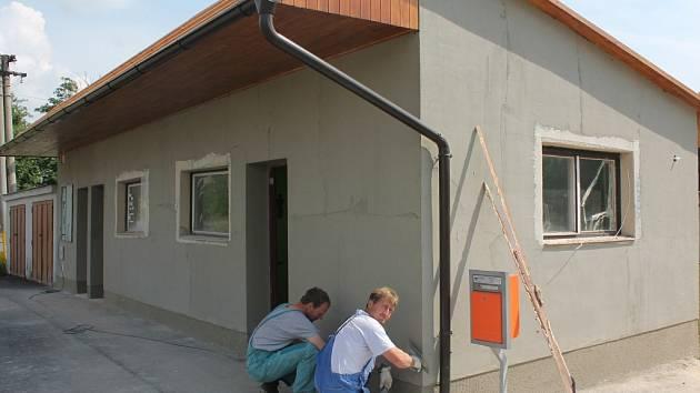 V Zajíčkově vrcholí opravy autobusové zastávky v centru obce.