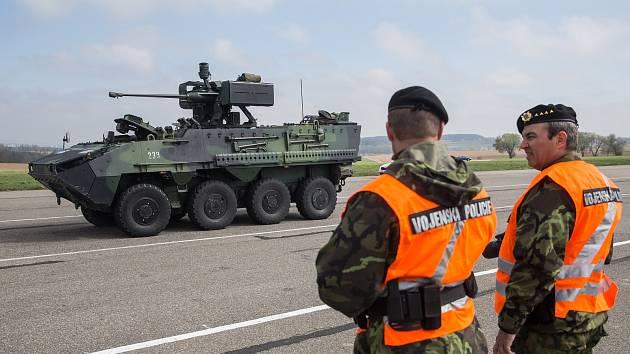 Dopravně preventivní akce k problematice přesunů kolon armádních vozidel a představení nových bezpečnostních svodidel.