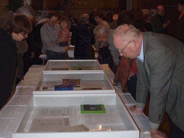Návštěvníci výstavy v Černovicích se zájmem i dojetím četli příběhy, které k exponátům sepsali přispěvatelé.