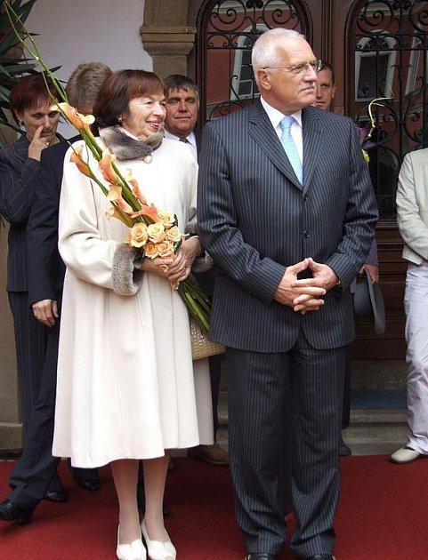 Prezidentský pár při své poslední návštěvě Pelhřimovska před třemi lety, poctil svou návštěvou také Kamenici nad Lipou. S obyvateli města se setkal na tamním zámku.