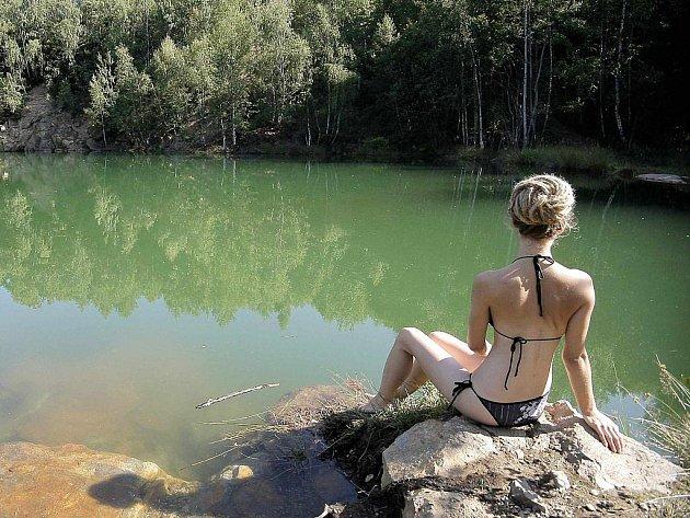 Horké dny lákají lidi k vodě. Oblíbený je i zatopený lom u Kamenice nad Lipou. To, že tamní vodu nekontrolují hygienici, plavce většinou netrápí.