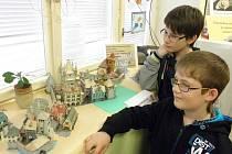 Do konce dubna je na dětském oddělení knihovny v Kamenici nad Lipou k vidění výstava papírových modelů města, které od svých deseti do osmnácti let vytvořil Jaroslav Hamrle.