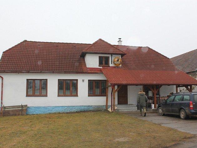 Vnitřní prostory kulturního domu v Bedřichově už září novotou. Vnější plášť prokoukne letos.