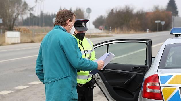 Aktuálně platná opatření, která se týkají volného pohybu osob mezi okresy, kontrolovali policisté také ve Vodné na Pelhřimovsku, kde jsou hranice kraje.