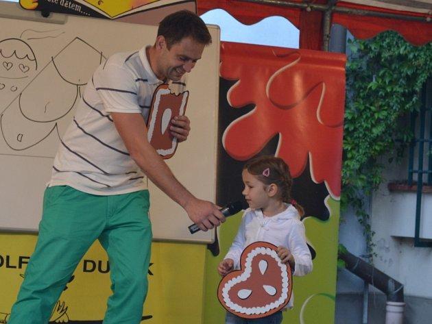 Ilustrátor Adolf Dudek zapojil do pohádkových příběhů jak děti, tak i dospělé. Účastníci akce s ním společně pohádky vyprávěli, tvořili pohádkové bytosti, kreslili na tabuli a také si z každé pohádky odnesli ponaučení, která jsou stále aktuální.