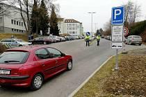 Policisté před očkovacím centrem v Pelhřimově zažívají denně perné chvilky.