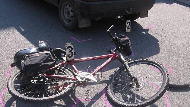 K dopravním nehodám cyklistů dochází v poslední době častěji než dřív. Dívka, která zahynula letos v dubnu u Vystrčenovic, neměla na hlavě ochrannou přilbu. Je možné, že v opačném případě by tragickou srážku přežila?
