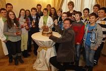 Aleš Krčil (na snímku třetí zleva) byl jedním z oceněných dětí. Vyhlášení uváděl Aleš Cibulka.