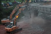 Demolice dvou dálničních nadjezdů ze soboty 12. května na neděli 13. května u Hněvkovic a Jiřic.