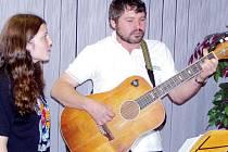 Předseda sdružení Aleš Dietrich, spolu se svou Alenkou zazpíval izraelskou píseň chvály.