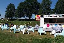 Během letních dnů nabízí kamenický MettingPoint posezení s přáteli i dětmi, občerstvení a mimo jiné i bezplatné připojení k internetu.