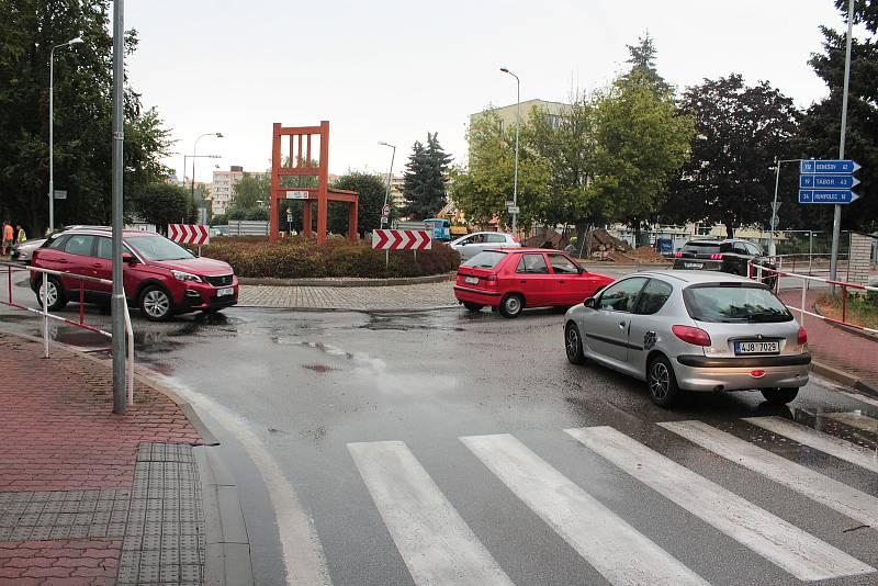 Kruhový objezd v Pražské ulici s velkou židlí.