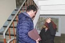 Přestože v Pelhřimově od 1. ledna 2013 platí zákaz nabízení prodeje a služeb po domácnostech a v ulicích, čas od času se najdou jedinci, kteří ho porušují.
