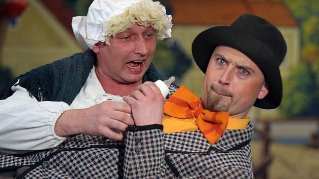 Snímek je z představení Rynáreckého divadelního spolku, ze hry Na tý louce zelený
