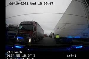 Další cizinci hazardovali se zdravím a především se svými životy, když do České republiky přicestovali ukrytí v prostoru podvozku kamionu.