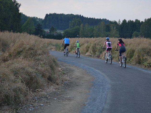 Po nové stezce u rybníku Hadina v Humpolci už jezdí cyklisté i in-line bruslaři a nevyhýbají se jí ani ti, kteří vyrážejí na procházku.