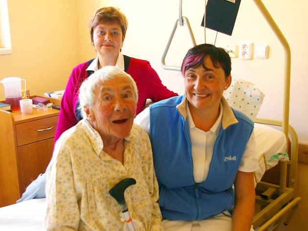 Na snímku je ředitelka nemocnice Marie Hrnčířová (vzadu) se sestrou Miroslavou Nesporou a pacientkou Ivankou Spanlangovou.