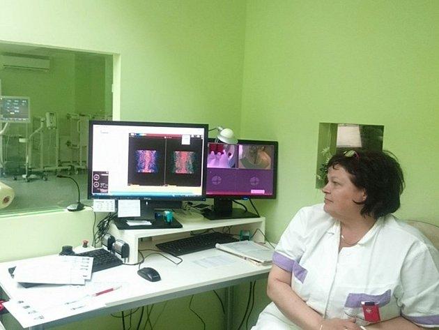 Ke kardiologické gama kameře patří špičkové zázemí s počítači a monitory.